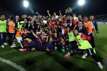 epa05996625 Crotone's players celebrate the victory of the Italian Serie A at the end of the soccer match between FC Crotone and SS Lazio at Ezio Scida stadium in Crotone, Italy, 28 May 2017.