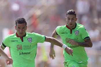 Emil Krafth tenta impedir que Simone Padoin conduza a bola durante o jogo entre Bolonha e Cagliari.