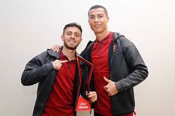 Ronaldo oferece troféu de Homem do jogo a Bernardo Silva