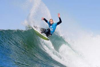 epa04853297 A handout picture made available by the World Surf League of Australia's Mick Fanning in action during the quarter final round of the JBay Open surfing event as part of the World Surf League in Jeffreys Bay, South Africa, 19 July 2015. The final round was cancelled after Fanning was being attacked by a shark. EPA/KELLY CESTARI - WSL HANDOUT EDITORIAL USE ONLY/NO SALES