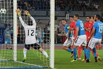 Marek Hamsik abriu o marcador no São Paolo no jogo entre Nápoles e Benfica.