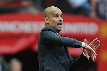 Pep Guardiola em ação durante o jogo em Old Trafford entre Manchester United e Manchester City.