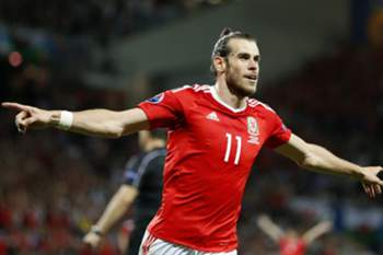 epaselect epa05380221 Gareth Bale of Wales celebrates scoring the 3-0 lead during the UEFA EURO 2016 group B preliminary round match between Russia and Wales at Stade Municipal in Toulouse, France, 20 June 2016. (RESTRICTIONS APPLY: For editorial news reporting purposes only. Not used for commercial or marketing purposes without prior written approval of UEFA. Images must appear as still images and must not emulate match action video footage. Photographs published in online publications (whether via the Internet or otherwise) shall have an interval of at least 20 seconds between the posting.) EPA/RUNGROJ YONGRIT EDITORIAL USE ONLY