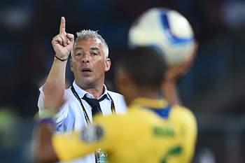 Jorge Costa dá indicações durante um jogo do Gabão.