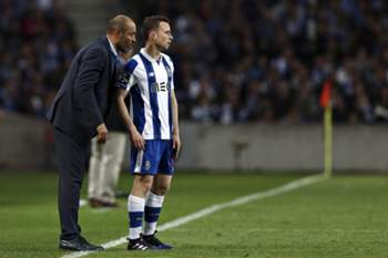 26.ªJ: FC Porto-V.Setúbal 16/17 • FC Porto head-coach Nuno Espirito Santo speaks with his player Diogo Jota during their Portuguese First League soccer match against Vitoria de Setubal, held at Dragao stadium, Porto, Portugal, 19th March 2017. JOSE COELHO/LUSA • © 2017 LUSA - Agência de Notícias de Portugal, S.A.