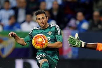 Rúben Castro faz o golo da vitória do Bétis de Sevilha sobre o Málaga perante o guarda-redes Idriss Carlos Kameni.