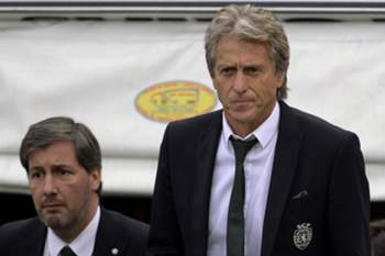 Sporting's head coach Jorge Jesus (R) accompanied by team President Bruno de Carvalho (L) reacts during the Portuguese First League soccer match against Vitoria de Guimaraes held at D. Afonso Henriques stadium in Guimaraes, Portugal, 01 October 2016. HUGO DELGADO/LUSA
