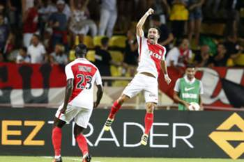 epa05513413 Joao Moutinho of AS Monaco (R) celebrates after scoring a goal against Paris Saint Germain during the French Ligue 1 soccer match between AS Monaco and Paris Saint Germain, at Stade Louis II, in Monaco, 28 August 2016.