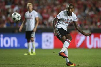 Besiktas's player Talisca scores the first goal against Benfica during the UEFA Champions League group B soccer match held at Luz Stadium in Lisbon, Portugal, 13 September 2016. MARIO CRUZ/LUSA