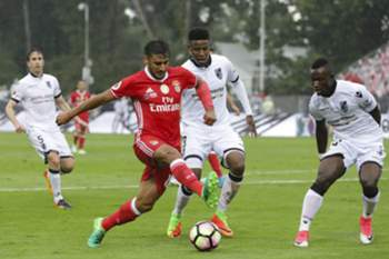 Benfica's player Salvio (L) vies for the ball against Vitoria de Guimaraes players Zungu (C) and Konan (R) during their Portuguese Cup Final soccer match held at National stadium, in Oeiras, outskirts of Lisbon, Portugal, 28 May 2017.
