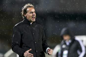 Vitoria de Setubal head coach Quim Machado reacts during the Portuguese First League soccer match against FC Porto held at Bonfim stadium in Setubal, Portugal, 19 March 2016. MIGUEL A. LOPES/LUSA