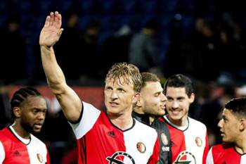 Feyenoord's Dirk Kuyt (C) and his teammates applaud fans after the Dutch Eredivisie soccer match between Feyenoord Rotterdam and Go Ahead Eagles Deventer in Rotterdam, Netherlands, 05 April 2017. Feyenoord won 8-0