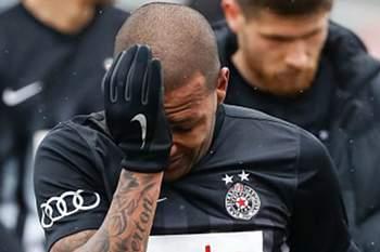 Everton Luiz chora após insultos racistas