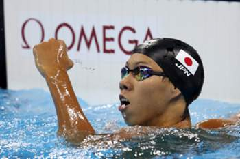 epa05469635 Ippei Watanabe of Japan celebrates winning the men's 200m Breaststroke semifinal race of the Rio 2016 Olympic Games Swimming events at Olympic Aquatics Stadium at the Olympic Park in Rio de Janeiro, Brazil, 09 August 2016. EPA/ESTEBAN BIBA
