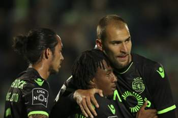 Sporting's Gelson Martins (C) celebrates with his teammates Schelotto (L) and Bas Dost (R) after scoring the first goal against Vitoria de Setubal during the Portuguese First League soccer match at Bonfim Stadium, in Setubal, Portugal, 14 April 2017. MARIO CRUZ/LUSA