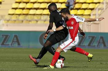 epa05544693 Joao Moutinho of AS Monaco (R) vies for the ball with Paul-Georges Ntep of Rennes (L) during the French Ligue 1 soccer match, AS Monaco vs Stade Rennais FC, at Stade Louis II, in Monaco, 17 September 2016.