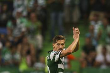 Sporting's Adrien Silva greets the supporters after his substitution during the Portuguese First League soccer match with Moreirense held at Alvalade Stadium in Lisbon, Portugal, 10th September 2016. MARIO CRUZ/LUSA