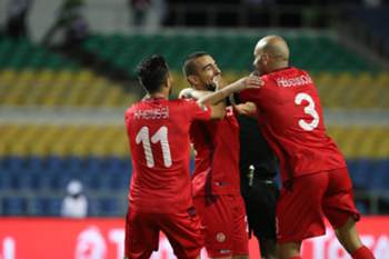 epa05744857 Sliti Naim of Tunisia celebrates goal (c) with teammates Aymen Abdennour (r) and Taha Yassine Khenissi (l) during the 2017 African Cup of Nations match between Zimbabwe and Tunisia at the Libreville Stadium in Gabon, 23 January 2017.