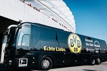 Uma explosão junto ao autocarro do Borussia Dortmund, no momento em que a equipa alemã se preparava para sair para o estádio de Signal Iduna Park, fez pelo menos um ferido.