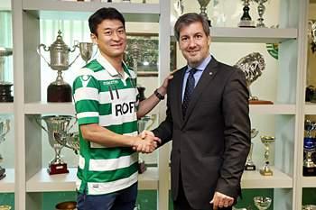 Bruno de Carvalho cumprimenta Caio Japa após a renovação de contrato.