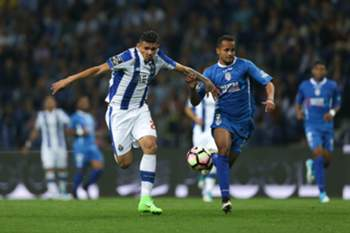 FC Porto's Tiquinho Soares (L) vies for the ball with Feirense´s Ícaro Silva during their Portuguese First League soccer match held at Dragao stadium in Porto, Portugal, 23 april 2017. ESTELA SILVA/LUSA