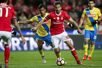 Benfica player Jonas in action against Arouca Jubal during the Portuguese First League Soccer Match, between Benfica vs Arouca at Luz stadium, Lisbon, Portugal 10 February 2017. ANTONIO COTRIM/LUSA