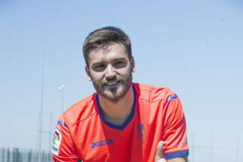 epa05423164 Spanish midfielder Jon Toral poses during his presentation as new player of Granada FC at Nuevos Los Carmenes stadium in Granada, Andalusia, Spain on 13 July 2016. Toral has been tranfered for a year from Arsenal.