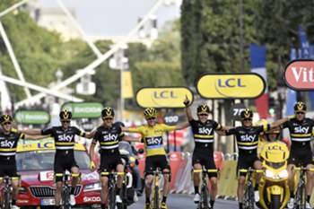 Great Britain's Christopher Froome (C), wearing the overall leader's yellow jersey, crosses the finish line with his teammates of the Great Britain's Sky cycling team at the end of the 113 km twenty-first and last stage of the 103rd edition of the Tour de France cycling race on July 24, 2016 between Chantilly and Paris Champs-Elysees. / AFP PHOTO / jeff pachoud