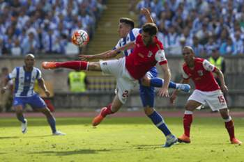 FC Porto's Hector Herrera (L) vies for the ball against SC Braga's Ricardo Ferreira during the Portuguese Cup Final match, at Jamor Stadium in Oeiras, outskirts of Lisbon, Portugal, 22 May 2016. JOSE SENA GOULAO/LUSA