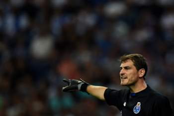 FC Porto's Spanish goalkeeper Iker Casillas directs his teammates from the goal during the friendly football match FC Porto vs SSC Napoles at the Dragao stadium in Porto on August 8, 2015. AFP PHOTO/ FRANCISCO LEONG