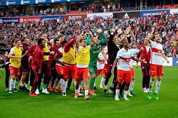Jogadores do Spartak Moscovo celebram a conquista do título russo.