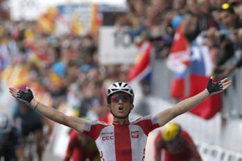 epa04422065 Polish rider Michal Kwiatkowski celebrates winning the Men Elite Road Race during the 2014 UCI Road World Championships in Ponferrada, Spain, 28 September 2014. EPA/JAVIER LIZON