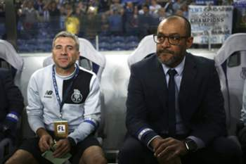 epa05614645 FC Porto's head coach Nuno Espiríto Santo (R) with his assistant coach Rui Barros during the UEFA Champions League group G soccer match with Club Brugge held at Dragao stadium inPorto, Portugal, 02nd November 2016. EPA/ESTELA SILVA