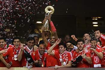 O central ergueu mais uma Taça da Liga pelo Benfica