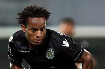 epa04929071 Rio Ave's Renan Bressan (R) in action against Sporting's Andre Carrillo (L) during the Portuguese First League soccer match between Rio Ave and Sporting in Vila do Conde, Portugal, 13 September 2015.  EPA/ESTELA SILVA