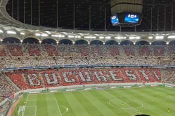 Adeptos do Steaua de Bucareste nem se aperceberam que estavam a apoiar o rival frente ao Manchester City.