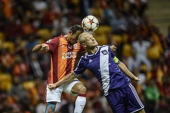 Olivier Deschacht em ação pelo Anderlecht num jogo contra o Galatasaray.