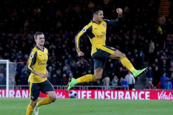 Alexis Sanchéz celebra um golo do Arsenal frente ao Middlesbrough
