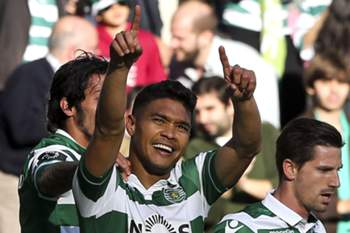 Sporting of Lisbon soccer player Teo Gutierrez (L) celebrates after scoring a goal against União da Madeira during the Portuguse First League soccer match held at Alvalade XXI Stadium in Lisbon, Portugal, 23rd of April 2016. MIGUEL A. LOPES/LUSA