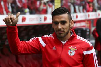SL Benfica´s player Salvio acknowledges the fans before their Portuguese First League soccer match against FC Porto held at Luz Stadium in Lisbon, 26 April 2015. JOSE SENA GOULAO/LUSA