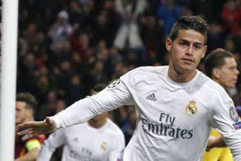 epa05201865 Real Madrid's Colombian midfielder James Rodriguez jublates his goal against AS Roma during their Champions League round of 16 second leg match played at Santiago Bernabeu stadium in Madrid, Spain, 08 March 2016. EPA/KIKO HUESCA