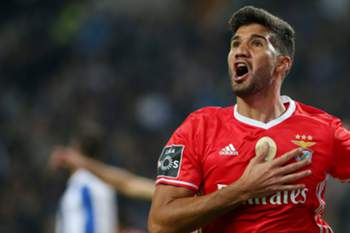 epa05620416 Benfica's Lisandro Lopez celebrates after scoring a goal against FC Porto during their Portuguese First League soccer match, held a t Dragao stadium, Porto, Portugal, 6th November 2016. EPA/JOSE COELHO
