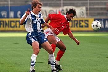 Nica Panduru em ação pelo Benfica na primeira mão da Supertaça de 1997 contra Edmilson do FC Porto.