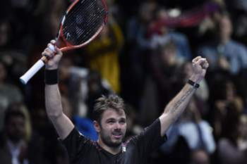 epa05031698 Stanislas Wawrinka of Switzerland celebrates after winning his game against David Ferrer of Spain during their round robin game during the ATP World Tour Finals in London, Britain, 18 November 2015. EPA/FACUNDO ARRIZABALAGA