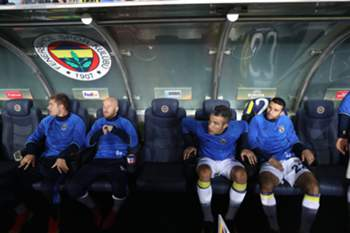epa05562556 Fenerbahce's Robin Van Persie (2nd-R) sits on the bench during the UEFA Europa League group A match between Fenerbahce and Feyenoord Rotterdam at Sukru Saracoglu stadium in Istanbul, Turkey 29 September 2016. EPA/TOLGA BOZOGLU
