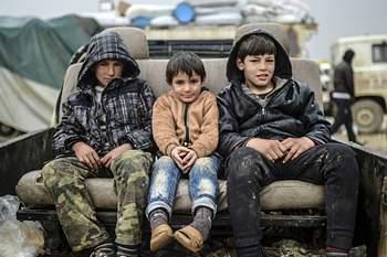 Crianças sírias sobem ao relvado do Restelo