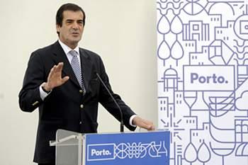 O presidente da Câmara Municipal do Porto, Rui Moreira, discursa durante a inauguração do novo espaço de atendimento da Águas do Porto, no Porto, 02 de fevereiro de 2016. FERNANDO VELUDO/LUSA