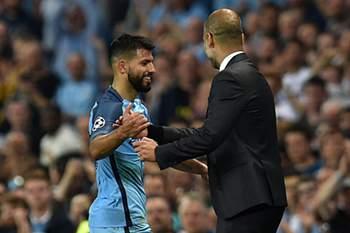 Sergio Aguero cumprimenta Pep Guardiola após a goleada do Manchester City ao Borussia Moenchengladbach