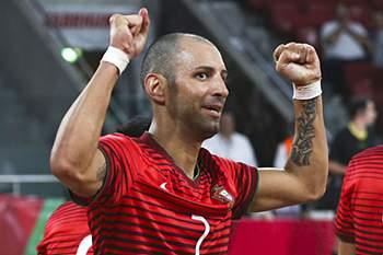 O jogador de Portugal Cardinal (C) festeja o golo da vitória frente a Marrocos durante a partida amigável de preparação da seleção portuguesa para o Campeonato do Mundo de Futsal na Colômbia, no pavilhão da Luz, em Lisboa, 24 de agosto de 2016. JOSE SENA GOULAO/LUSA