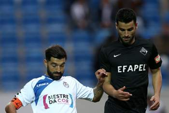 Sérgio Barge do Feirense disputa a bola com João Traquina (D), da Académica, durante o jogo da Taça de Portugal disputado no estádio Marcolino de Castro, em Santa Maria da Feira, 19 Novembro de 2016.